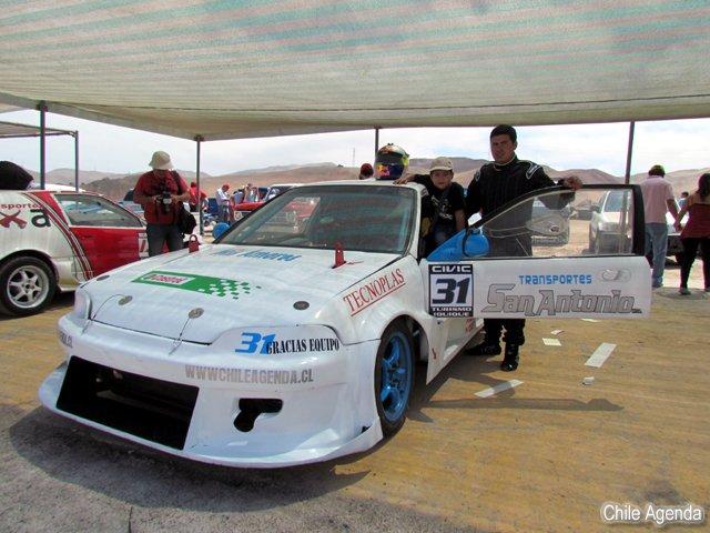 Piloto de carreras Antonio Oxa junto a su hijo